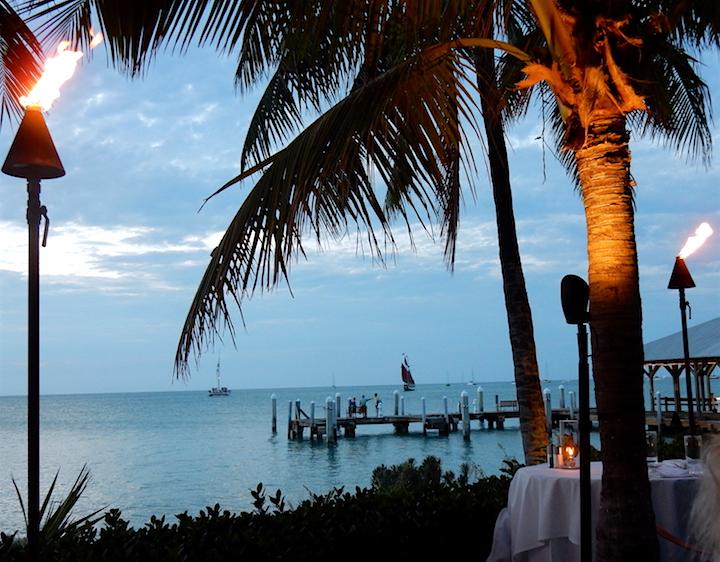 On se prépare pour le coucher de soleil au 5 à 7 du restaurant Latitude Sunset sur une toute petite Île en face du Mallory Square