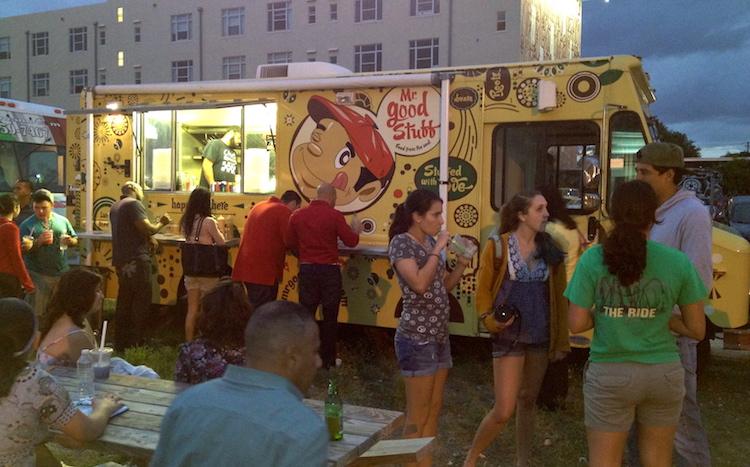 Le soir du Art Walk tous les foodtruks de Miami se rassemblent! (dans le grand stationnement)