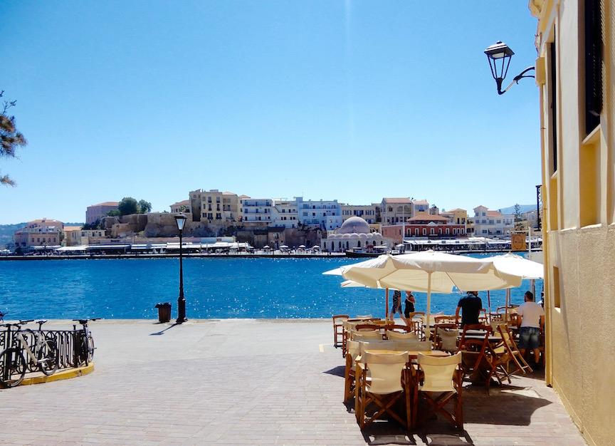 Photo 1. Le port de Chanià aux jolies façades vénitiennes colorées et sa Mosquée des Janissaires.
