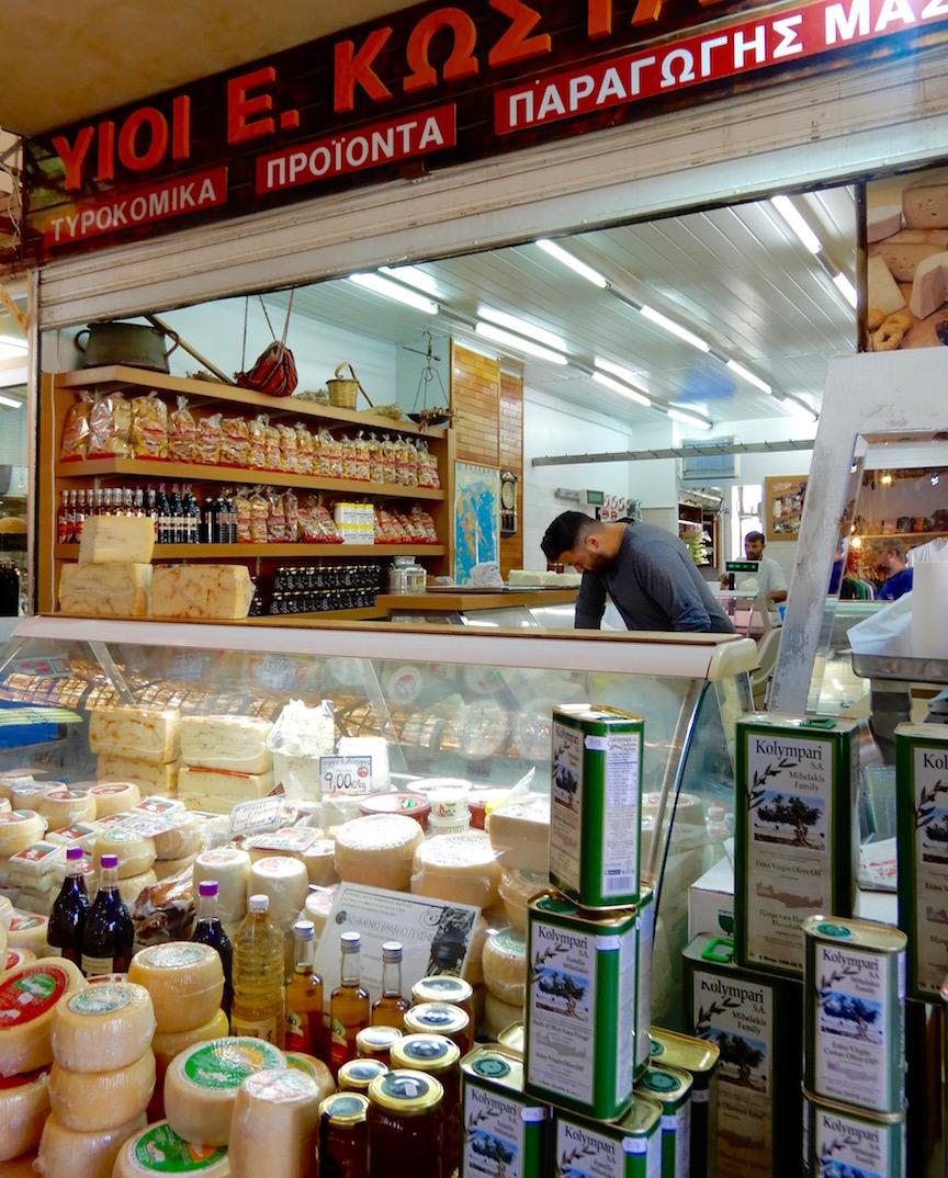 11. Étal de fromages au marché couvert