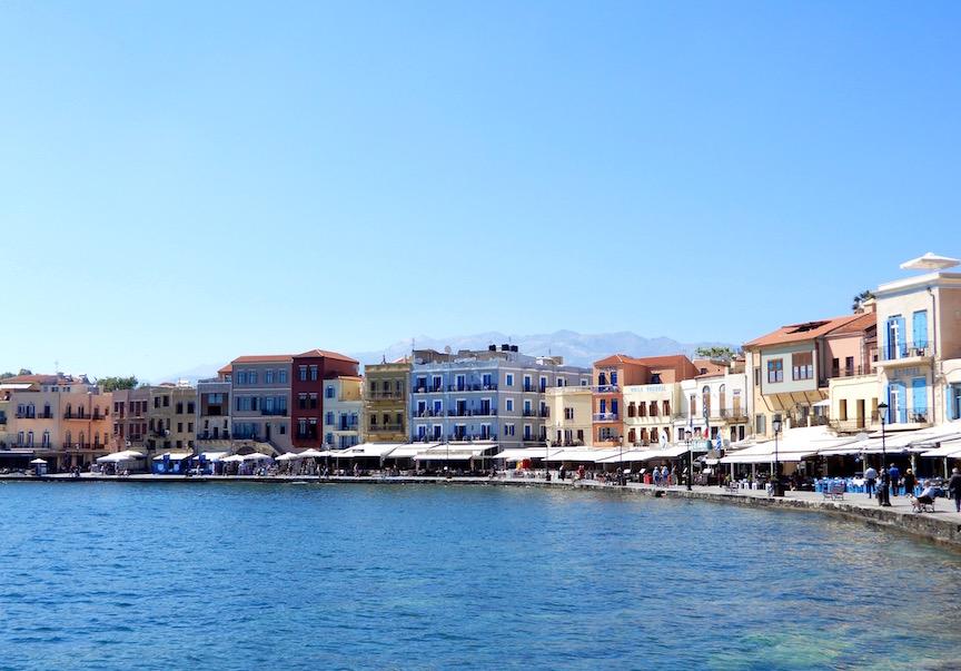 2. La courbe harmonieuse et les façades colorées du port de Chaniá DSCN9681
