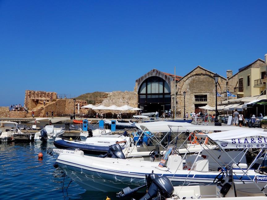 4. Le port de plaisance et les Docks Neori derrière