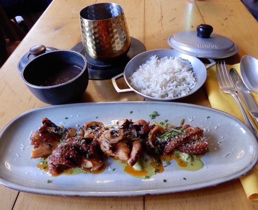 3. Une pieuvre braisée exquise accompagnée de congri au restaurant Lamparilla 361