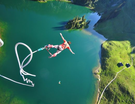 INTERLAKEN - Bungy Jumper springt auf dem Stockhorn in die Tiefe.  A Bungy Jumper jumping into the abyss on the Stockhorn.  Copyright by Interlaken Tourismus Byline: swiss-image.ch/ Heinz Loosli