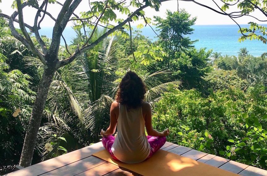 Méditation matinale sur la plateforme de yoga du Finca Exotica