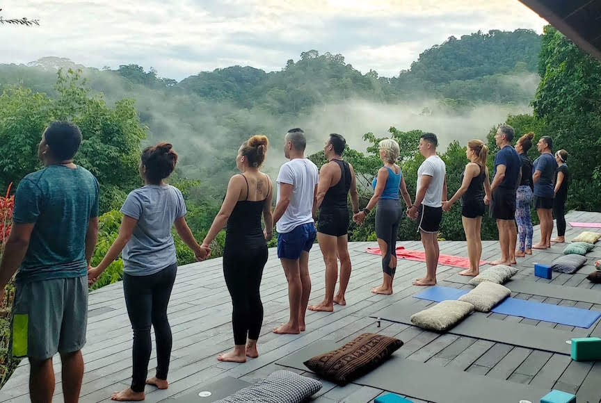 Un cours de yoga au studio du Luna Lodge